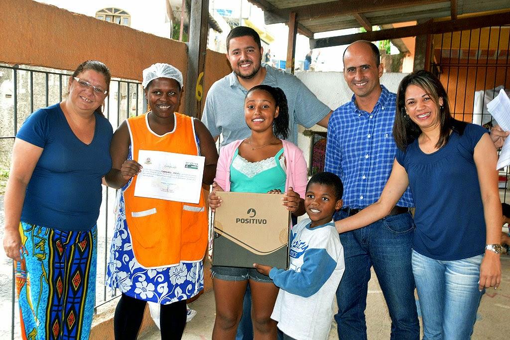 Primeira colocada, Tamires Cristina Gomes, de 14 anos, animada com seu novo notebook
