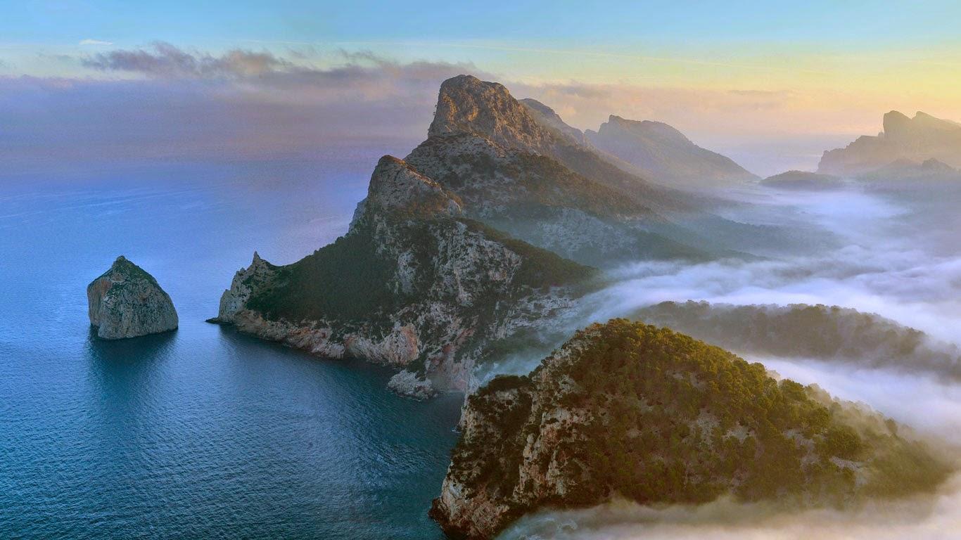 Cap de Formentor, Majorca, Balearic Islands, Spain (© Marcos Molina/Alamy) 127