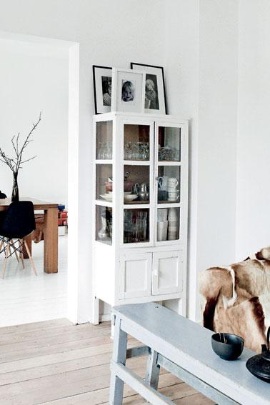 Wit geverfde houten vloer, design wat zwarte accenten, en natuurlijke ...