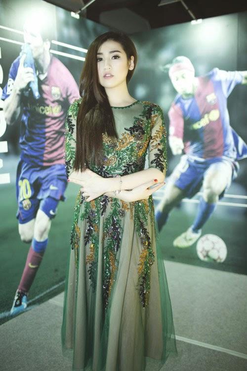 Á hậu Tú Anh lấp ló ngực đầy cùng váy mỏng