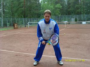 Tennisopettaja Olavi Lehto toimii tilanteen mukaan oltiin sitten tenniskentällä tai muuttoapuna