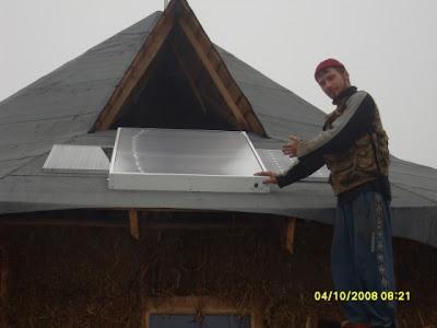 Солнечные батареи на крыше соломенного дома