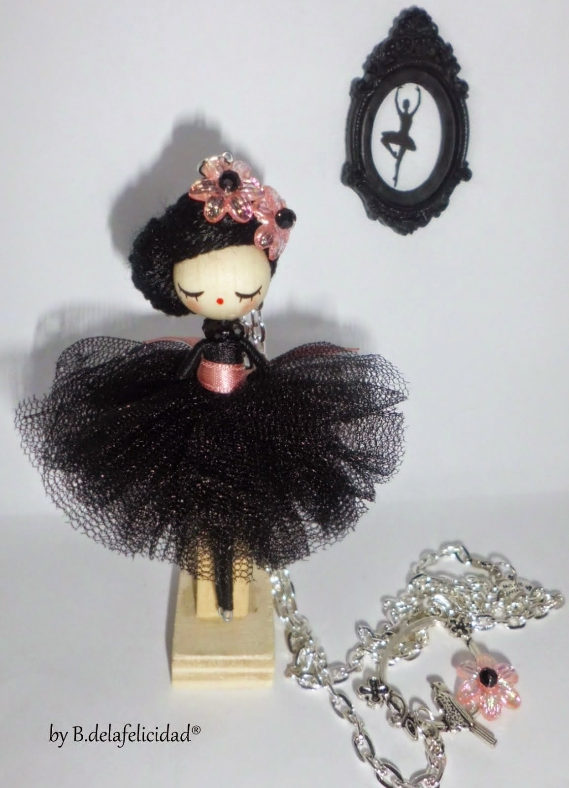 Doll necklace/Collar de muñeca