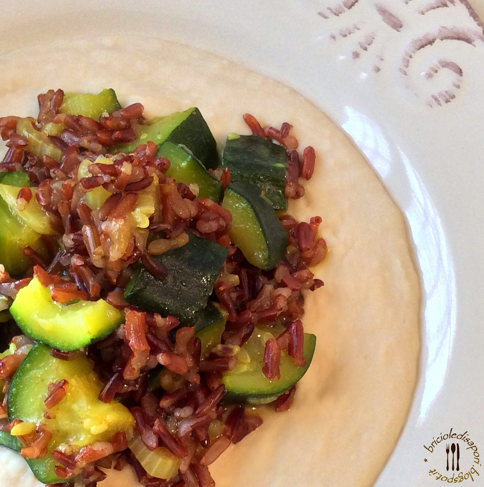 riso rosso integrale con zucchine e curry su crema di cannellini. bontà e salute insieme...