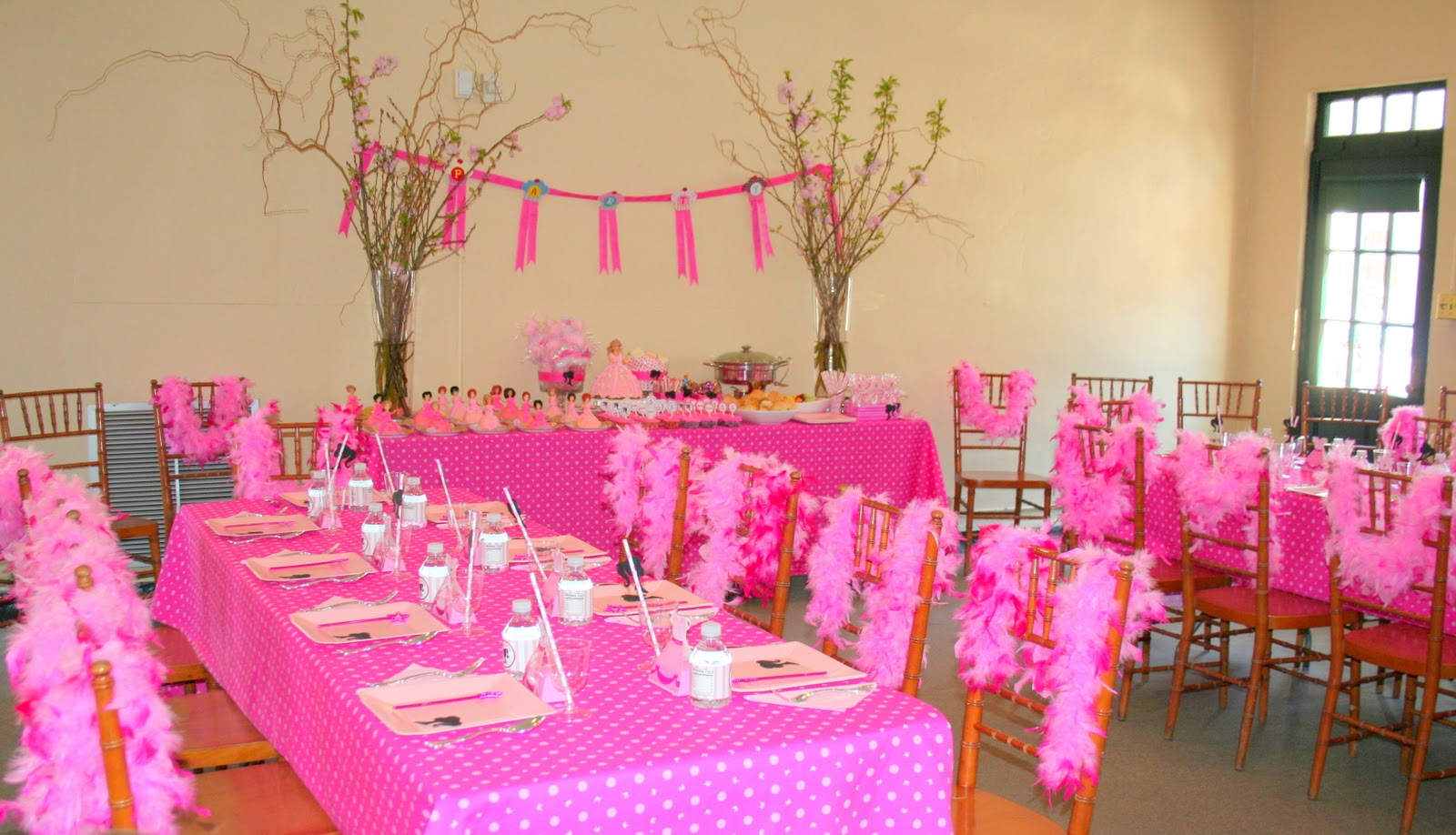 Swanky chic fete pink barbie party a 5th birthday party for Decoration barbie
