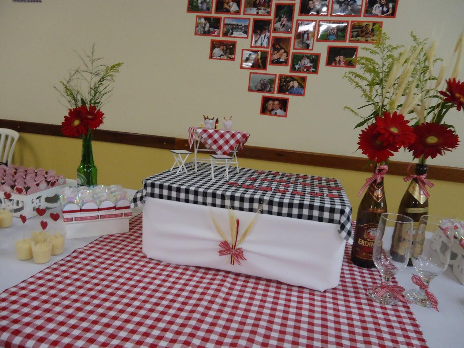 decoracao de boteco para noivado: mesinha, banquinhos de boteco (feitos pelo sogrinho) e miniaturas