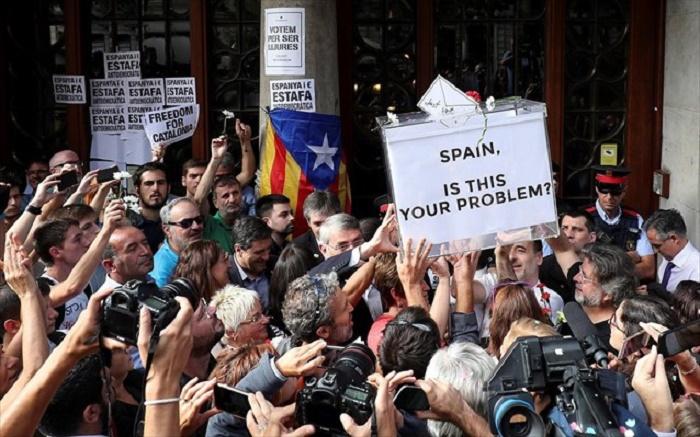 Διαδηλωσεις στην Καταλωνια κατα της συλληψης μελων της τοπικης κυβερνησης