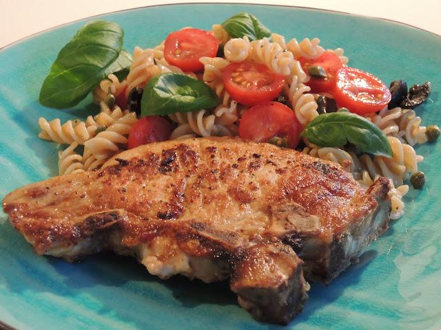 Svinekoteletter, fullkornspasta, cherry tomat, oliven og kapers – en fullverdig enkel og smaksrik hverdagsmiddag