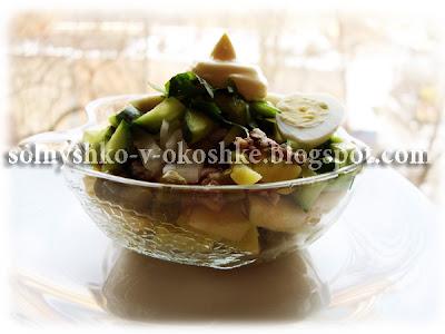 Салат из консервированной рыбы с зелёным горошком, яблоком и огурцом