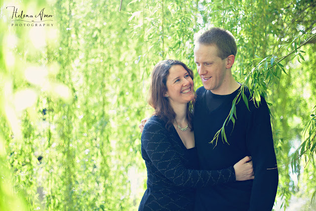 london engagement photoshoot underneath a willow tree