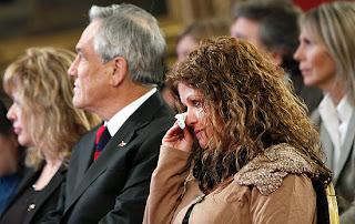 Mãe de Daniel Zamudio, Jaqueline Vera se emociona no anúncio da lei, ao lado do presidente Sebastián Piñera (Foto: Felipe Trueba/Efe)