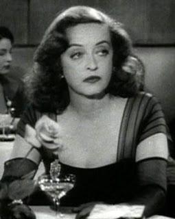 Bette Davis tomando una copa