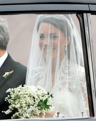 la bella novia kate middleton en el auto que la llevó a la iglesia junto a su padre