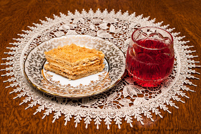 сливовый компот и порция песочного пирога
