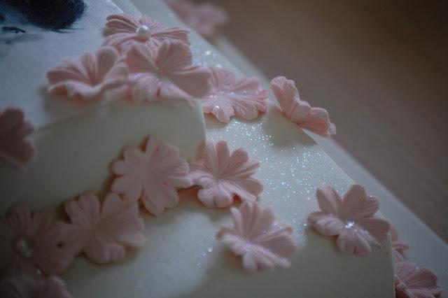 Glitter og blomster Justin Bieber sjokoladekake