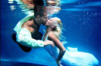 boda bajo el agua beso