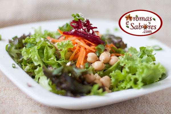 Salada de folhas com grão-de-bico e legumes