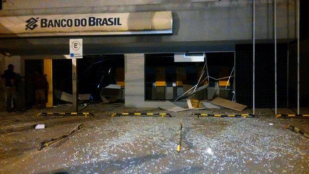 Quadrilha cerca delegacia, faz moradores reféns e explode agência na Bahia (Foto: Bahianamidia.com)