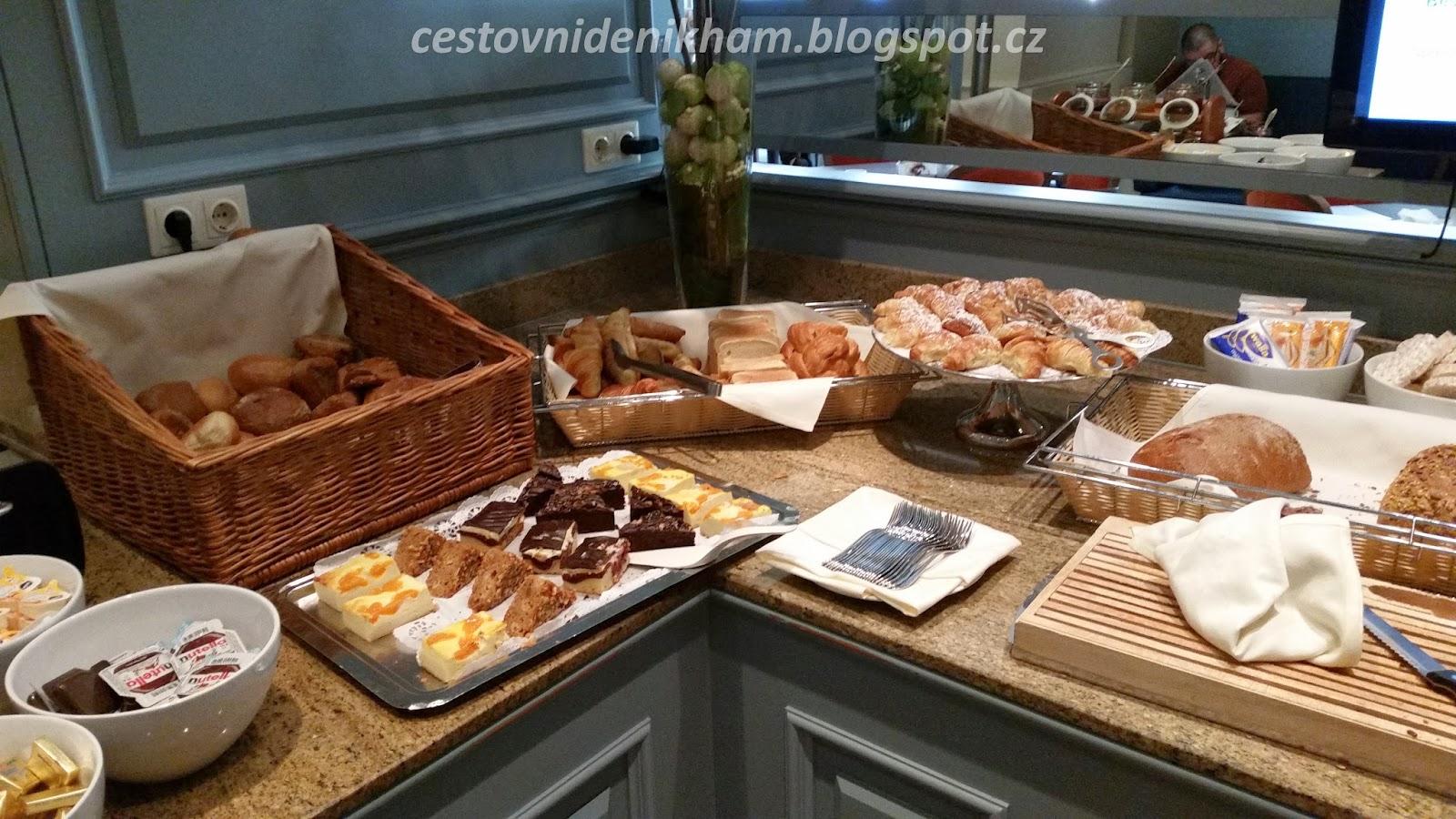 snídaně v hotelu // breakfast at hotel