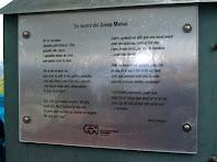 La placa de la banda esquerra del pessebre, amb els versos de la Núria Fàbregas