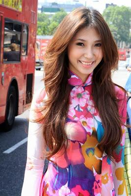 Khổng Tú Quỳnh mặc áo dài nha