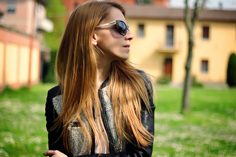 black and blue, printed leather jacket, jeans, casual spring outfit