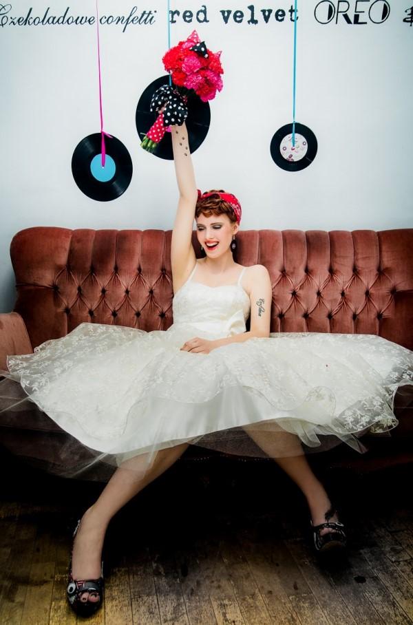 Krótka suknia ślubna w stylizacji pin up girl.