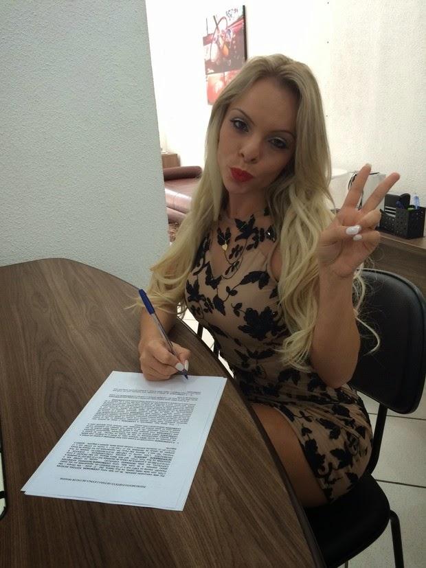 Miss Bumbum Brasil 2014 assinando contrato