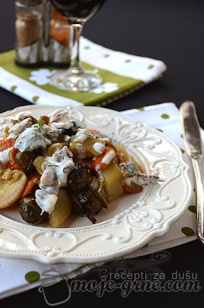 Zapečeno povrće sa prelivom od jogurta i oraha