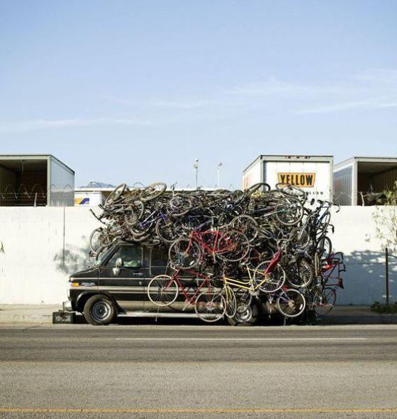 Várias bicicletas em cima de um carro