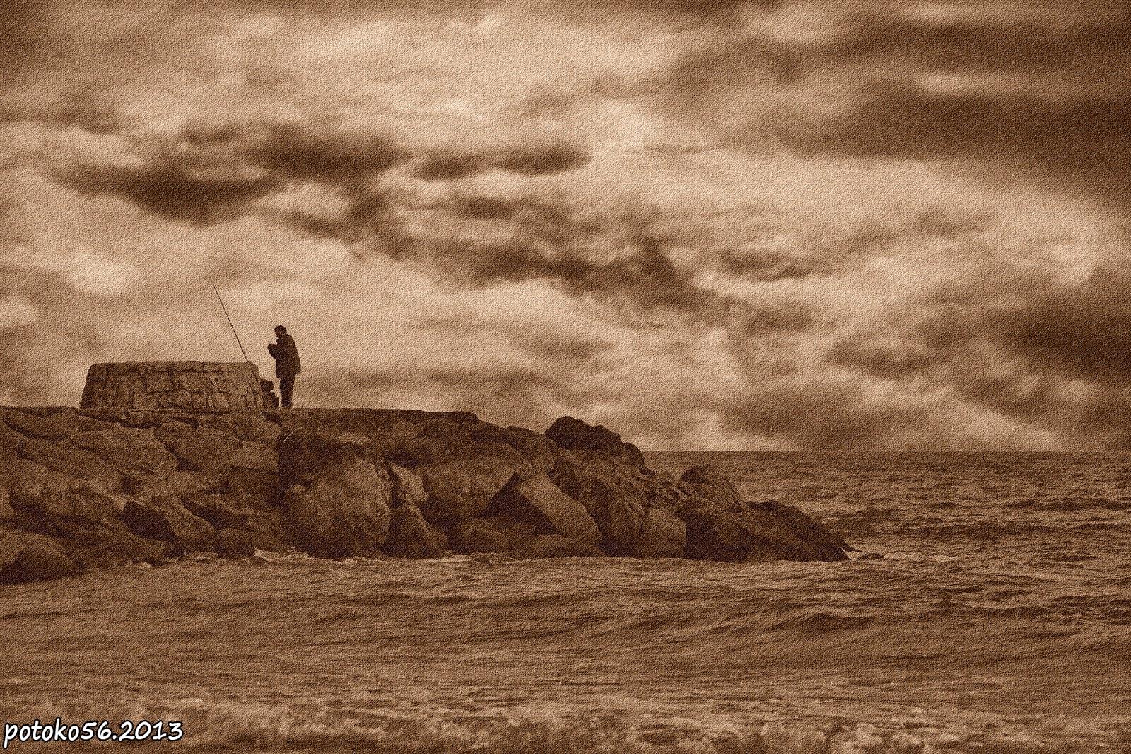 Pescador en el espigon preparando anzuelo