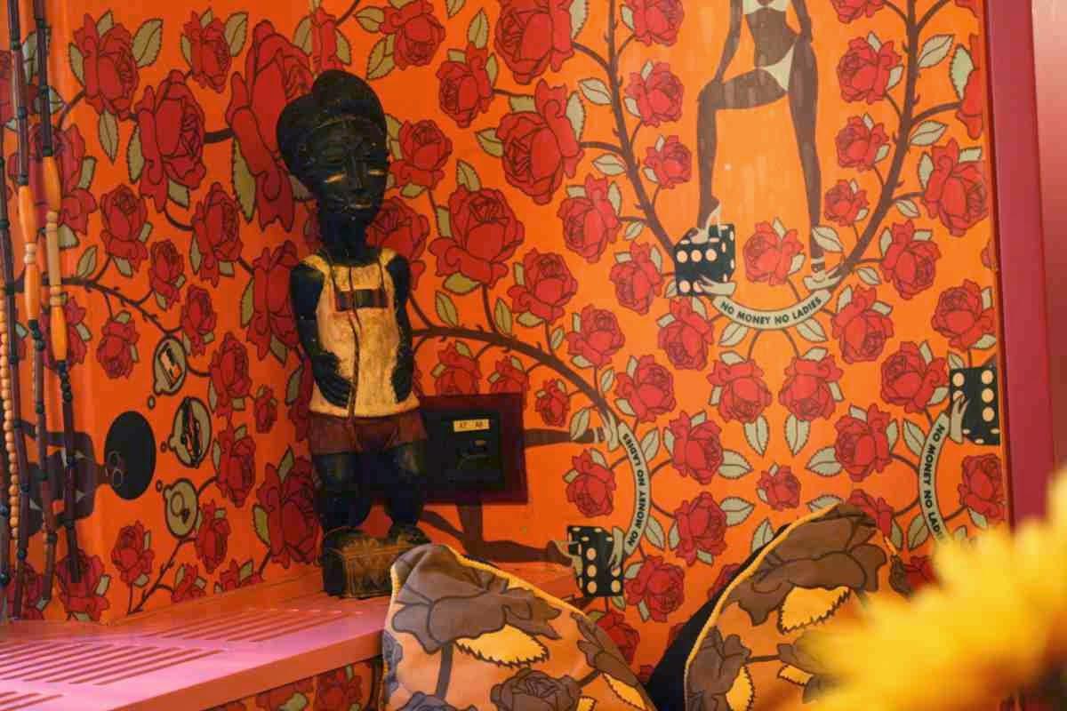 Afrikanische Holzfigur, wie sie dort an Straßenständen verkauft wird