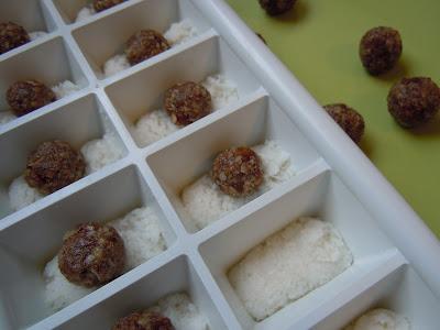 Praline végétalienne au beurre de coco, dattes et amandes