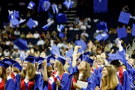 Các học sinh trung học Mỹ mừng ngày tốt nghiệp.