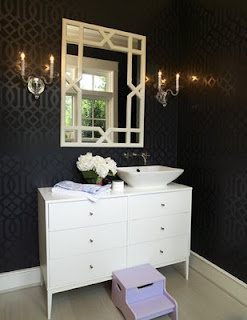 Lavabo com cômoda antiga e papel de parede