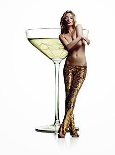 Kate Moss, en una copa de champagne, celebra sus 25 años de modelaje.