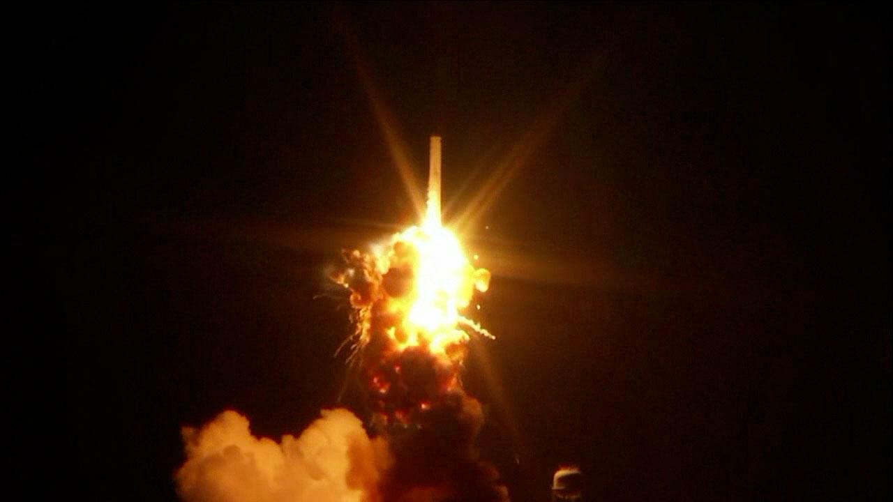 Khoảnh khắc hỏa tiễn Antares bị nổ tung trên bầu trời. Hình ảnh : NASA TV.