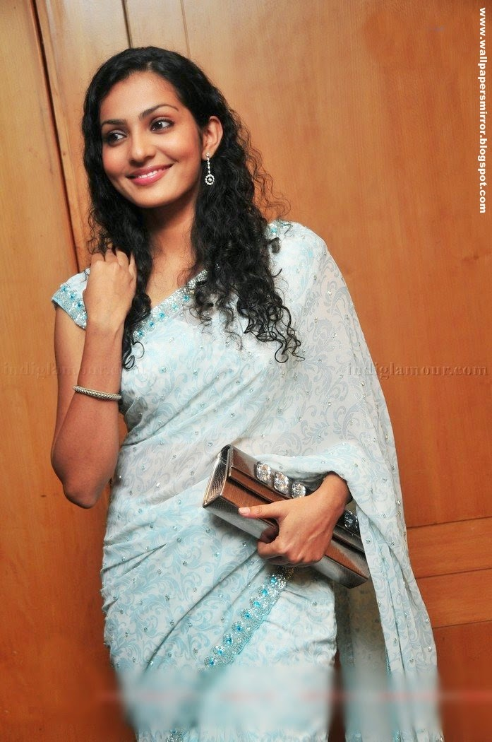 Tamil actress Parvathi Menon hot saree photos