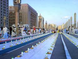 الاستعداد للافطار فى ساحة المسجد النبوى الشريف