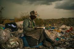 Femme en pleine lecture  à la décharge municipale de Dandora.