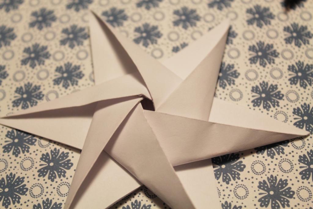 foldede stjerner af papir