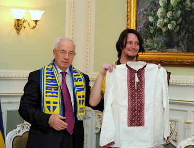 Фото Укринформ:Азаров со шведским фаном