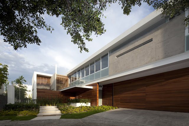 Modern FF House in Mexico from the street