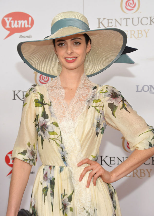 Krysten Ritter Select Straw Hat For Her Charming Personality At The
