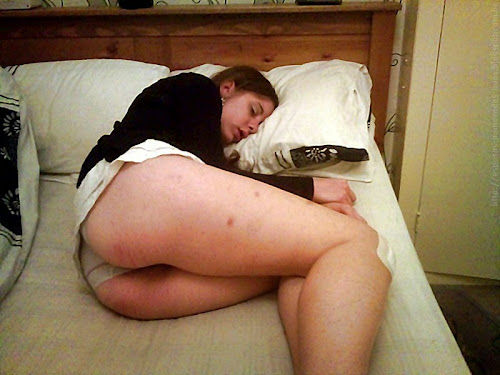 menina dormindo com calcinha enfiada na bunda