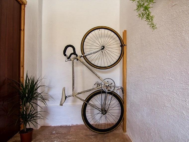Ilia estudio interiorismo soporte de bicicleta con un dise o original y pr ctico llamado neska - Guardar bici en piso pequeno ...