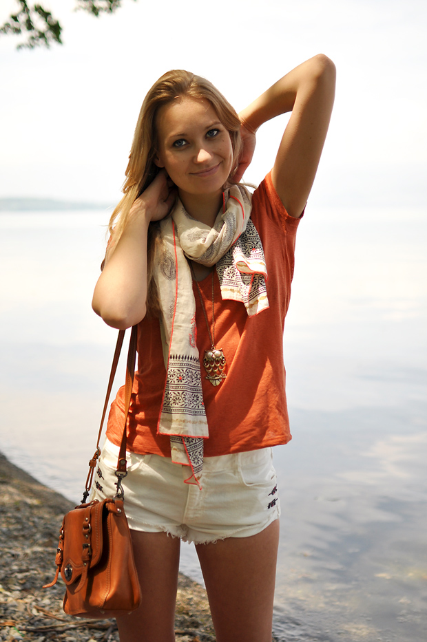 tenue plage short blanc zara foulard ethnique beige sac lancaster cartable camel t shirt orange