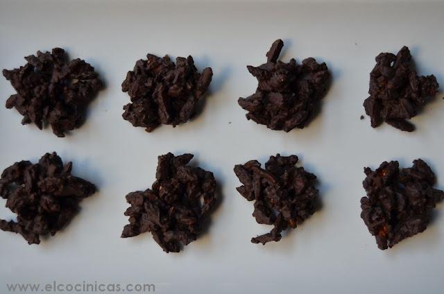 Rocas de almendras caramelizadas. Bombones de almendra con caramelo