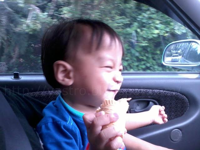 budak+kecik+makan+aiskrim