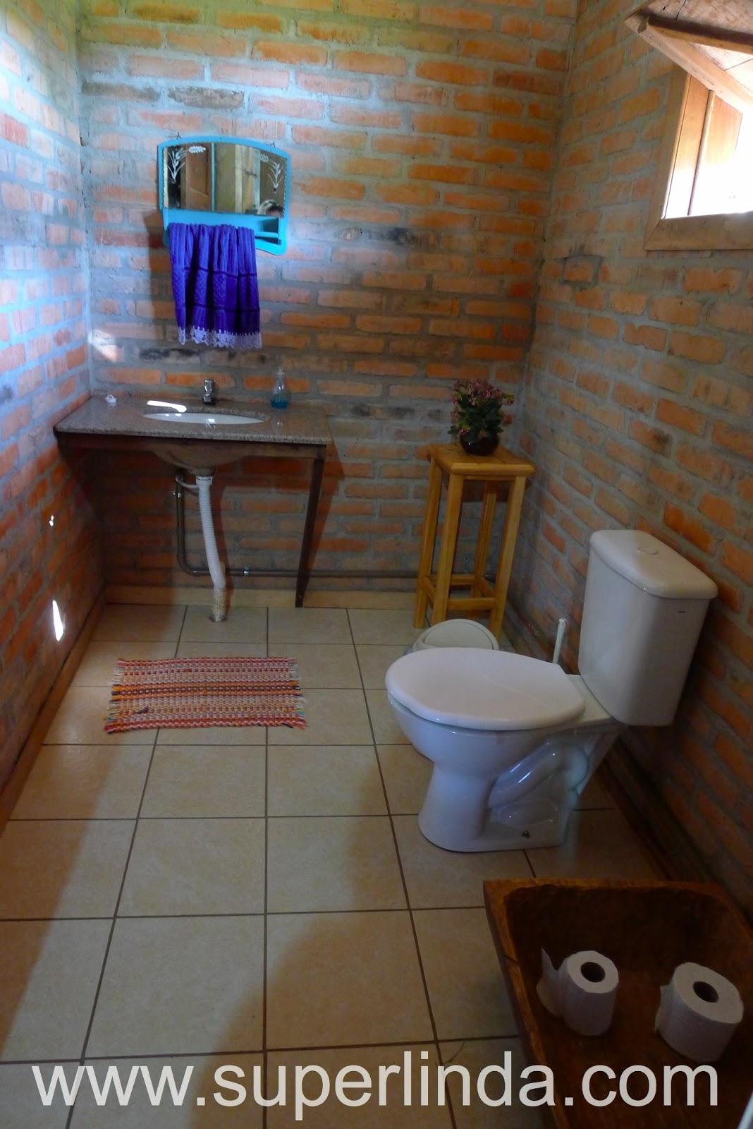 de flor o porta papel higiênico o vaso sanitário e as paredes em #376894 1068 1600
